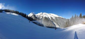 Estância de esqui de Bansko com inclinações nevado brancas imagem de stock