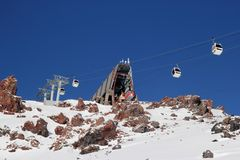 Estância de esqui Elbrus Rússia da montanha, elevador da gôndola, montanhas do inverno da paisagem imagens de stock royalty free