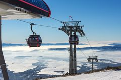 Estância de esqui ELEVADOR DA GÔNDOLA Cabine do esqui-elevador na estância de esqui Imagem de Stock