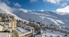 estância de esqui em montanhas de Sierra Nevada na Espanha Fotografia de Stock Royalty Free