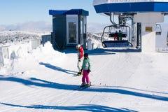 Estância de esqui Kopaonik, Sérvia, elevador de esqui, inclinação, esqui dos povos Foto de Stock
