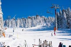 Estância de esqui Kopaonik, Sérvia, elevador de esqui, inclinação, esqui dos povos Imagens de Stock Royalty Free
