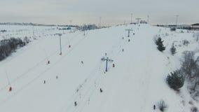 Estância de esqui na estação do inverno Silhueta do homem de negócio Cowering vídeos de arquivo