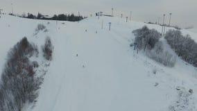 Estância de esqui na estação do inverno Silhueta do homem de negócio Cowering video estoque
