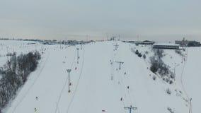 Estância de esqui na estação do inverno Silhueta do homem de negócio Cowering filme