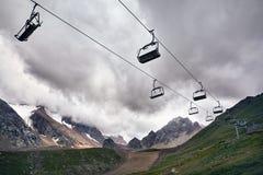 Estância de esqui na montanha imagens de stock royalty free