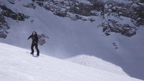 Estância de esqui Passeio do Snowboarder na inclinação Pulverizador da neve Agite as mãos Dia ensolarado video estoque