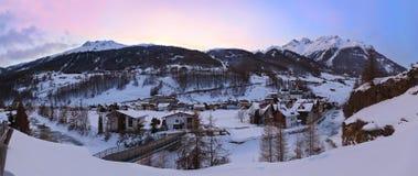 Estância de esqui Solden Áustria das montanhas no por do sol Foto de Stock