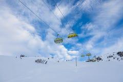 Estância de esqui suíça no inverno frio imagens de stock