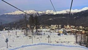 Estância de esqui Tiro do teleférico nas montanhas nevado vídeos de arquivo