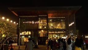 A estância de verão de Mer do La e a compra exterior estão na noite, em um distrito novo com compra e em restaurantes em Jumeirah video estoque