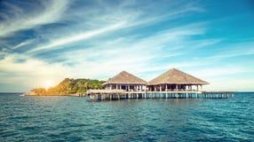 Estância e ilha tropicais bonitas com praia e mar sobre Imagem de Stock