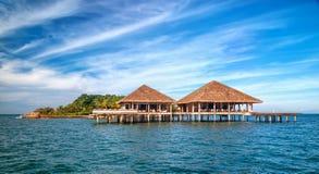 Estância e ilha tropicais bonitas com praia e mar sobre Fotografia de Stock