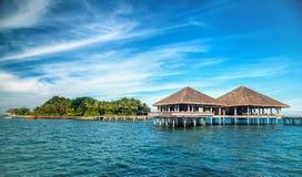 Estância e ilha tropicais bonitas com praia e mar sobre Foto de Stock Royalty Free