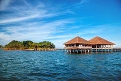 Estância e ilha tropicais bonitas com praia e mar sobre Fotografia de Stock Royalty Free