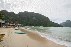 Estância turística, EL Nido, parte dianteira branca da praia da areia Fotos de Stock Royalty Free