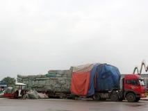 Estão carregando e estão descarregando dos caminhões Imagem de Stock Royalty Free