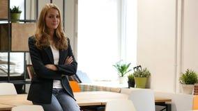 Esté de acuerdo, aceptando oferta sacudiendo la cabeza, mujer de negocios que se sienta en el escritorio en oficina almacen de metraje de vídeo