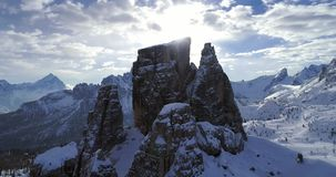 Esté en órbita la antena alrededor de los soportes rocosos majestuosos de la nieve de Cinque Torri Día soleado con el cielo nubla almacen de video