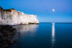 Esté en la luna el haz sobre las siete hermanas - Sussex, Inglaterra Fotografía de archivo libre de regalías
