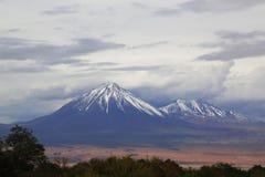 Esté en la luna el la Luna Landscape del valle o de Valle de con los volcanes en el desierto de Atacama Foto de archivo libre de regalías