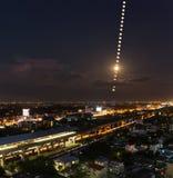 Esté en la luna las fases, rastro de la luna sobre la ciudad PF Bangkok, Tailandia Nig Imagenes de archivo