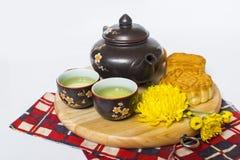 Esté en la luna la torta y el té para el mediados de festival chino del otoño Aislado en blanco Copie el espacio foto de archivo libre de regalías