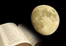 Esté en la luna y abra la biblia Imagen de archivo libre de regalías