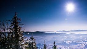 Esté en la luna y lapso de tiempo de las estrellas en montañas cárpatas almacen de video