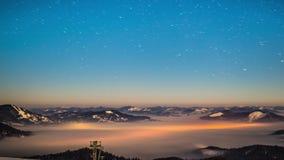 Esté en la luna y lapso de tiempo de las estrellas en montañas cárpatas almacen de metraje de vídeo