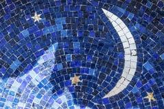 Esté en la luna y las estrellas en el cielo azul, tejas de mosaico Imagen de archivo libre de regalías