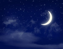 Esté en la luna y las estrellas en un cielo azul de la noche nublada Imagen de archivo