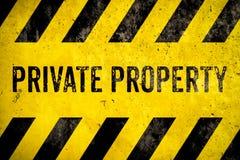 Estêncil do sinal de aviso da propriedade privada com as listras amarelas e pretas pintadas sobre o fundo da textura do cimento d ilustração royalty free
