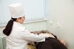 Estómago conmovedor del doctor del paciente Foto de archivo libre de regalías