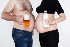 Estómago y abdomen masculinos grandes de una mujer embarazada Foto de archivo libre de regalías