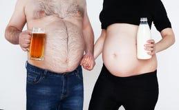 Estómago y abdomen masculinos grandes de una mujer embarazada Fotos de archivo