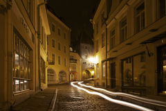 Estónia: Tráfego da noite em Tallinn Imagens de Stock