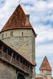 ESTÔNIA, TALLINN - 26 DE JUNHO DE 2015: Vista de torres da fortaleza fotografia de stock royalty free