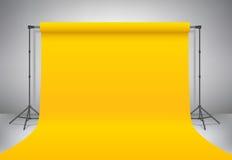 Estúdio amarelo vazio da foto Zombaria realística do molde do vetor acima Tripés do suporte do contexto com contexto de papel ama Foto de Stock