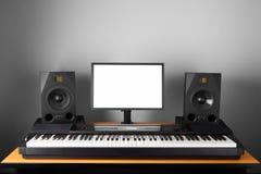Estúdio audio da estação de trabalho de Digitas com os oradores eletrônicos do piano e do monitor Fotografia de Stock Royalty Free