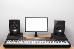 Estúdio audio da estação de trabalho de Digitas com os oradores eletrônicos do piano e do monitor Fotografia de Stock