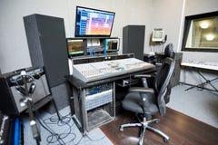 Estúdio contemporâneo para a gravação da música imagens de stock royalty free