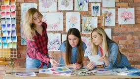 Estúdio criativo dos estudantes de arte para aprender truques de pintura filme