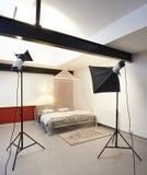 Estúdio da foto com equipamento de iluminação Foto de Stock Royalty Free