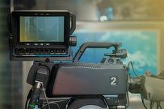 Estúdio da NOTÍCIA da tevê com câmera e luzes Fotografia de Stock Royalty Free