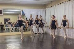 Estúdio da prática da pose da dança do bailado das meninas Imagens de Stock