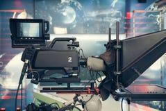 Estúdio da televisão com câmera e luzes - NOTÍCIA de gravação da tevê Fotos de Stock