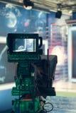Estúdio da televisão com câmera e luzes - NOTÍCIA de gravação da tevê Imagem de Stock