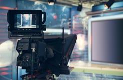 Estúdio da televisão com câmera e luzes - NOTÍCIA de gravação da tevê Fotografia de Stock