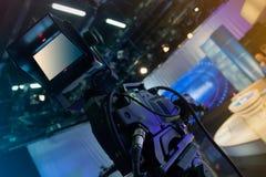 Estúdio da televisão com câmera e luzes - programa televisivo da gravação Fotografia de Stock Royalty Free